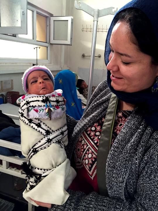 Elia E. Martínez, ginecóloga de MSF en Khost, sostiene a un recién nacido en la maternidad