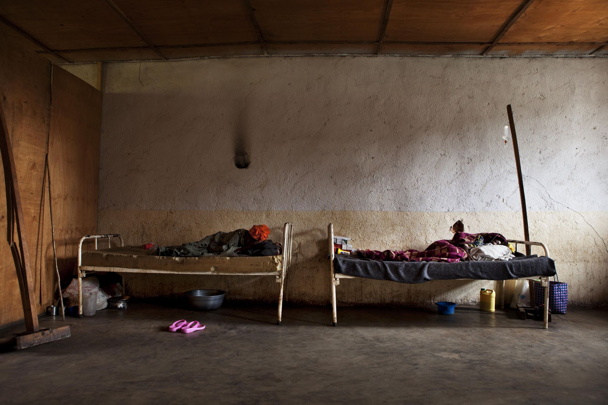 Dos pacientes descansan en el hospital de Matili. Juan Carlos Tomasi.