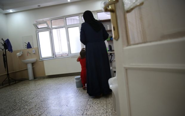 Una mujer y su hija reciben atención en una de las clínicas donde trabaja MSF con refugiados sirios. Anna Surinyach.