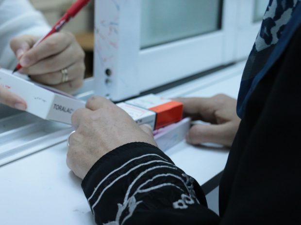 Fatima, una madre siria de 45 años recibe medicamentos en Irbid. Fotografía: Maya Abu Ata/MSF