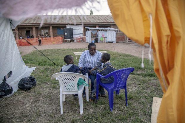 """La """"madre psicóloga"""" de los niños afectados por el ébola en RDC"""