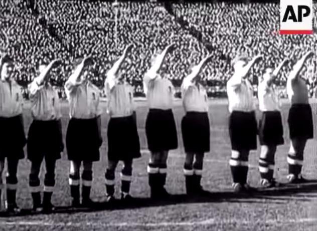La selección inglesa de fútbol hace el saludo nazi en Berlín en 1938