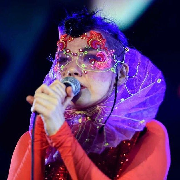 """Björk actúa en Berlín con el bordado de """"cuerdas vocales"""" de Merry  - Foto: www.jtmerry.com"""