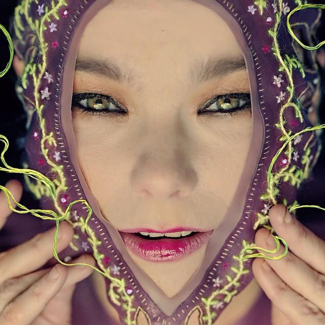 Björk con una prenda de látex bordada creada por Merry  en el vídeo para 'Family', una de las canciones de 'Vulnicura' - Foto: www.jtmerry.com