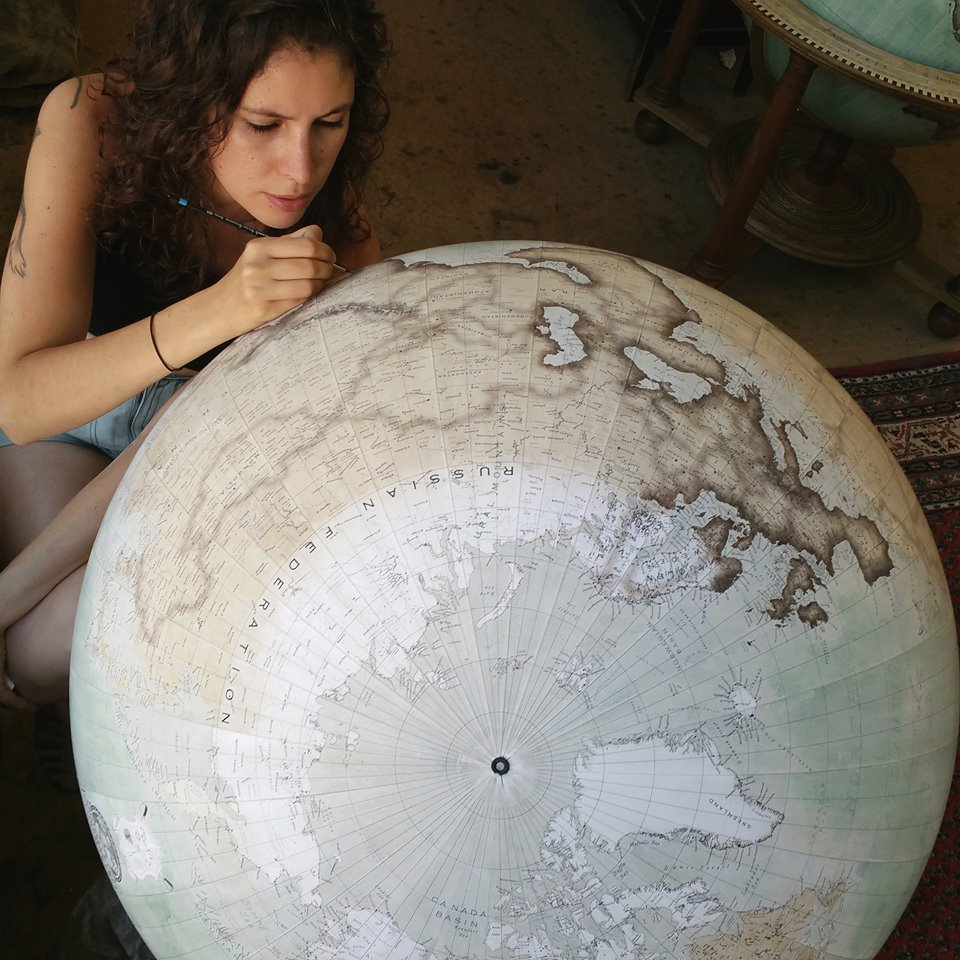 Isis , de Bellerby & co. , trabajando en un globo terráqueo - Foto: Bellerby & co. Globemakers