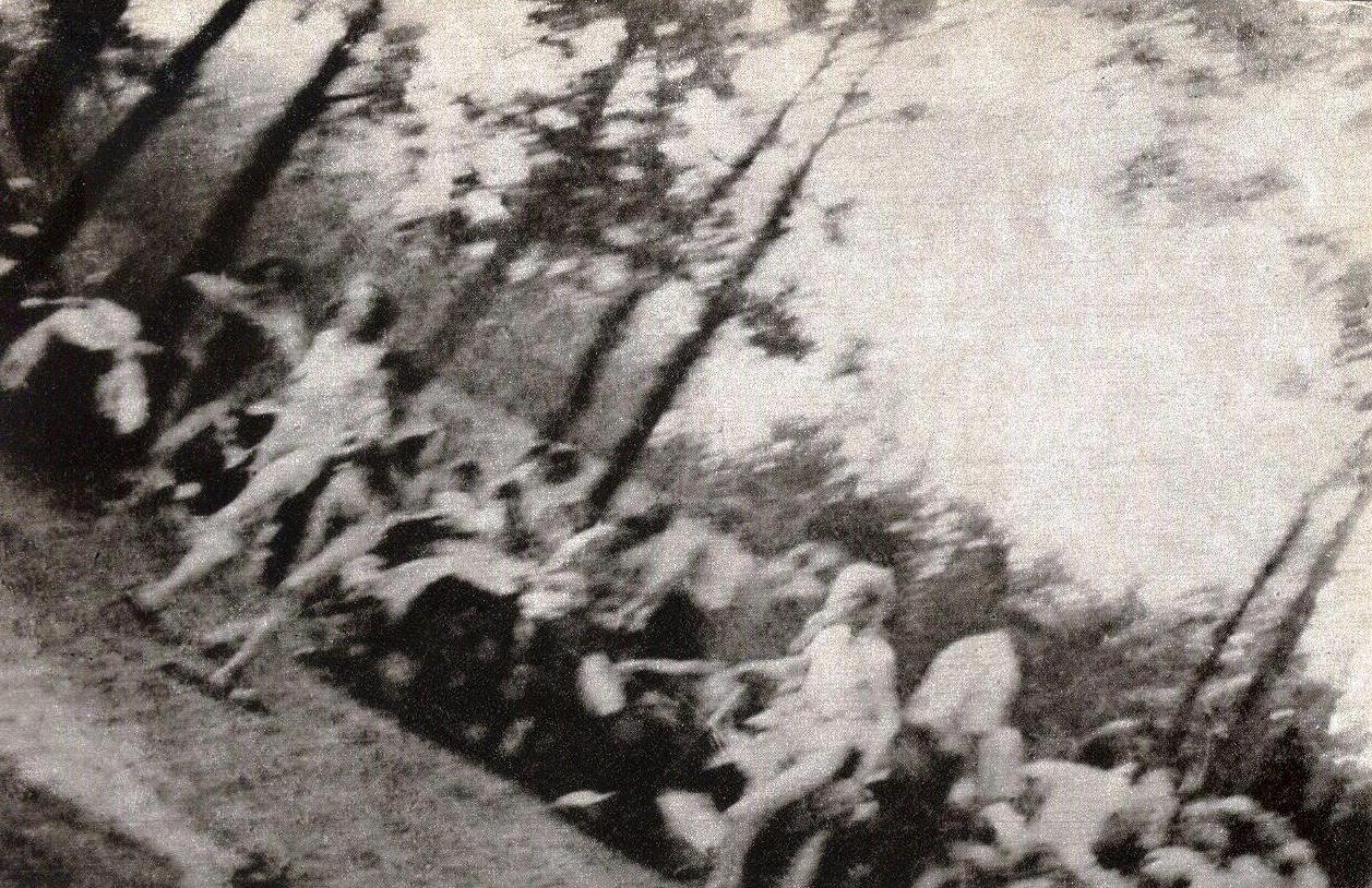 Foto clandestina tomada por un ' Sonderkommando' griego —llamado Albert o Alex Errera— de una mujer desnuda camino de las cámaras de gas de Auschwitz. El autor de la imagen murió en el campo en 1944 - Foto: domio público