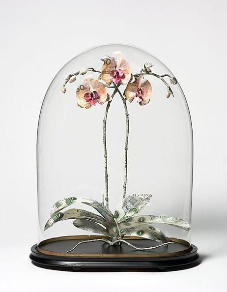 'Orchid', obra de Justine Smith hecha con billetes británicos, estadounidenses, suizos y suecos