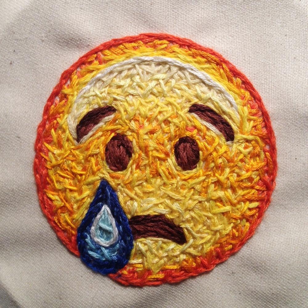 Uno de los emojis bordados de Danielle Clough - 'Dougnut' - Danielle Clough - Foto: danielleclough.com