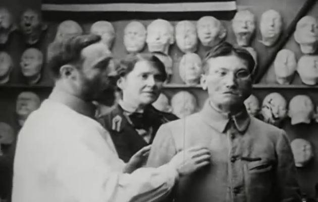 Wood y Coleman con un soldado en un fotograma de 'Plastic Recostruction of Face' (1918)