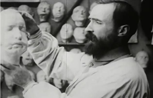 El escultor británico Francis Derwent Wood en un fotograma del vídeo 'Plastic Recostruction of Face' (1918)