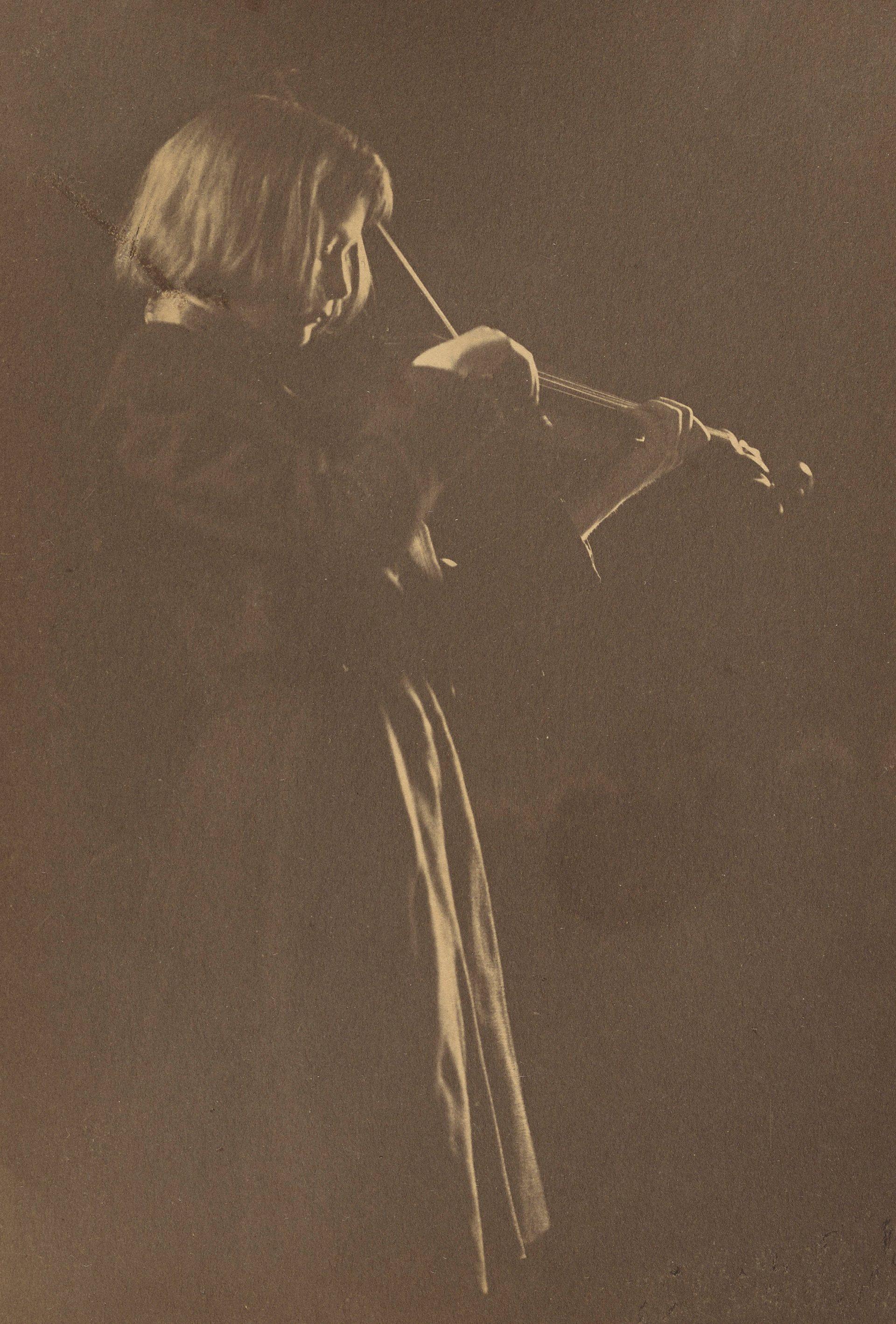 Gertrude Käsebier - Standing Girl with Violin, 1896–98 © Gertrude Käsebier, The J. Paul Getty Museum, Los Angeles