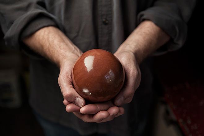 Bruce Gardner muestra una de sus 'hikaru dorodango'