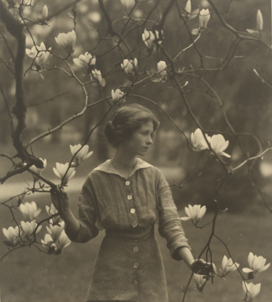 Arlnold Genthe - Edna St. Vincent Millay, c. 1017 © The J. Paul Getty Museum, Los Angeles