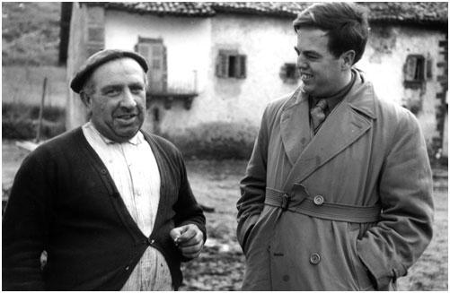 Alan Lomax (derecha), fotografiado en una aldea de Aragón en 1952 - Foto: American Folklife Center