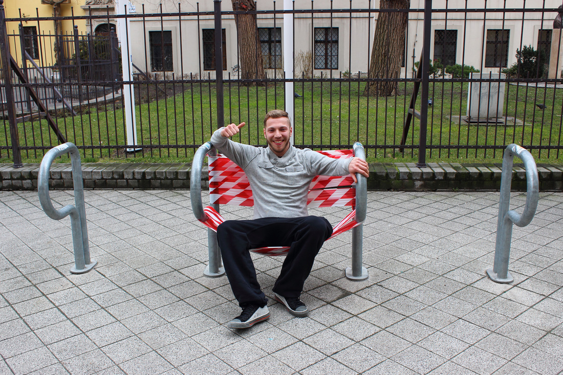 'Emergency sit' ('Asiento de emergencia') - Vlady - Foto: www.vladyart.com