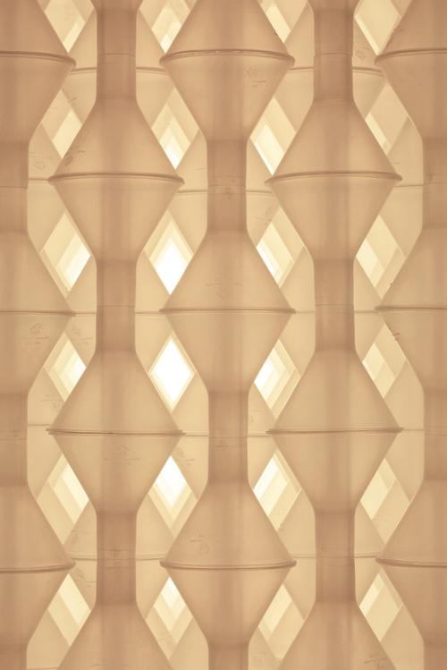 Detalle de una instalación de Haygarth compuesta de embudos de polvo - Stuart Haygarth - Foto: stuarthaygarth.com