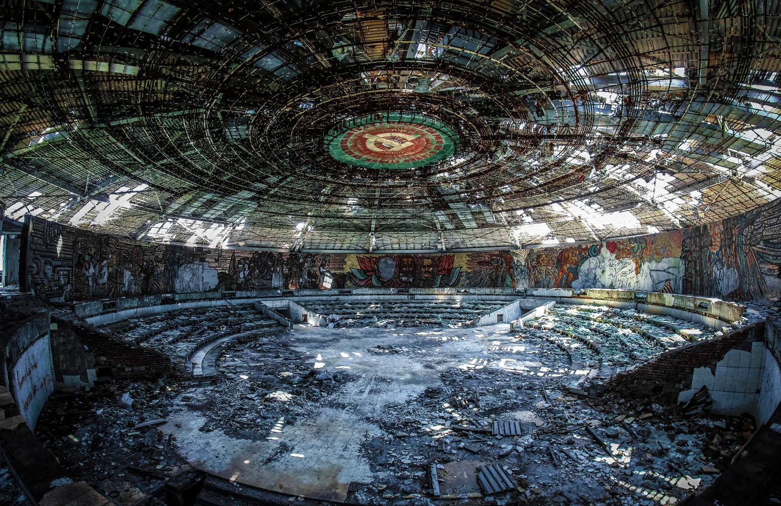 Interior del Monumento de Buzludzha - Foto: www.totallylost.eu