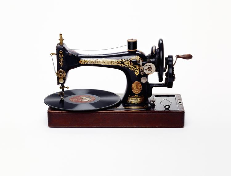 'Sewing Machine Record Player' - Nancy Fouts - Foto: www.nancyfouts.com