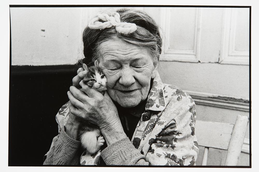 """Claire Beaugrand-Champagne (1948), """"Mme Thérèse MacGuire, avenue des Pins, Montréal"""", De la série """"Les personnes âgées"""" - MBAM"""