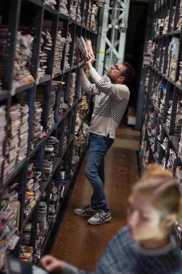 Hyman rebusca en uno de los estantes del archivo - Foto: James Hyman Archive