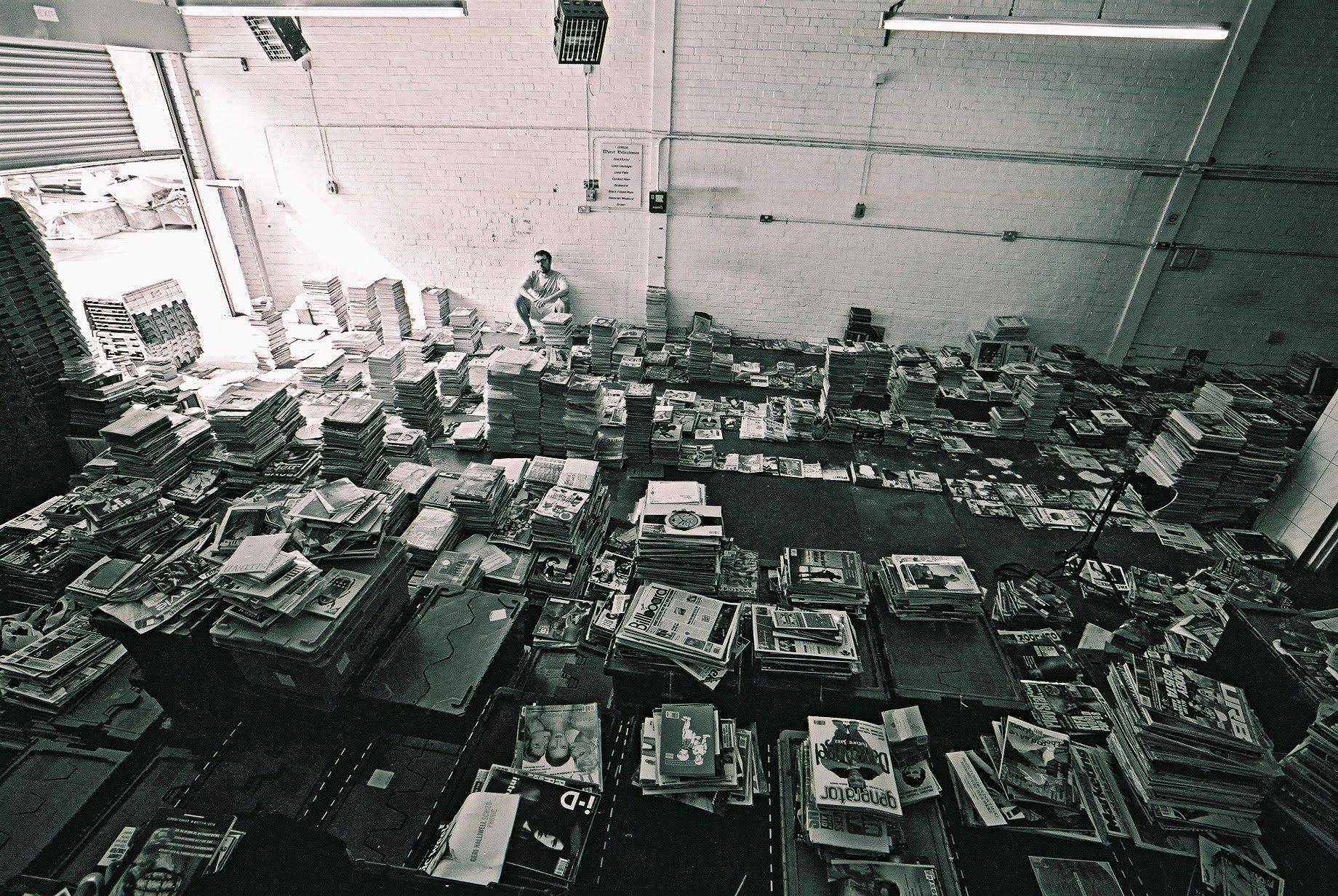 James Hyman en el almacén del archivo