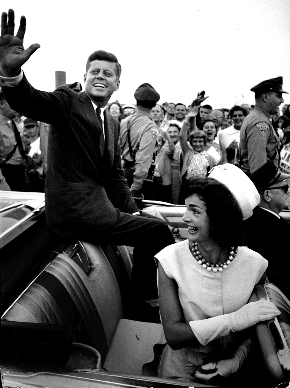 El senador Kennedy y su esposa regresan a Massachusetts tras la nominación de 1960 para presentarse a las elecciones. Photo © Paul Schutzer, Getty Images