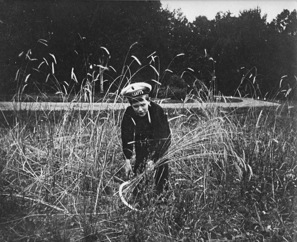 Pierre Gilliard (1879-1962) - Alekséi, heredero y único hijo varón del zar, juega con una hoz. Tsarkoje Selo, 1913 © Musée de l'Elysée, Lausanne