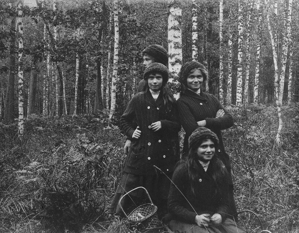 Pierre Gilliard (1879-1962) - Olga, Tatjana, Maria y Anastasia Nikolajevna. Bosque de Biolévjé, 1913. © Musée de l'Elysée, Lausanne