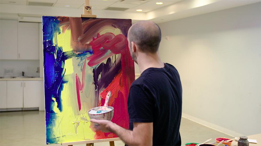 El profesor Corey D'Augustine muestra los materiales y técnicas de Willem de Kooning © 2017 The Museum of Modern Art