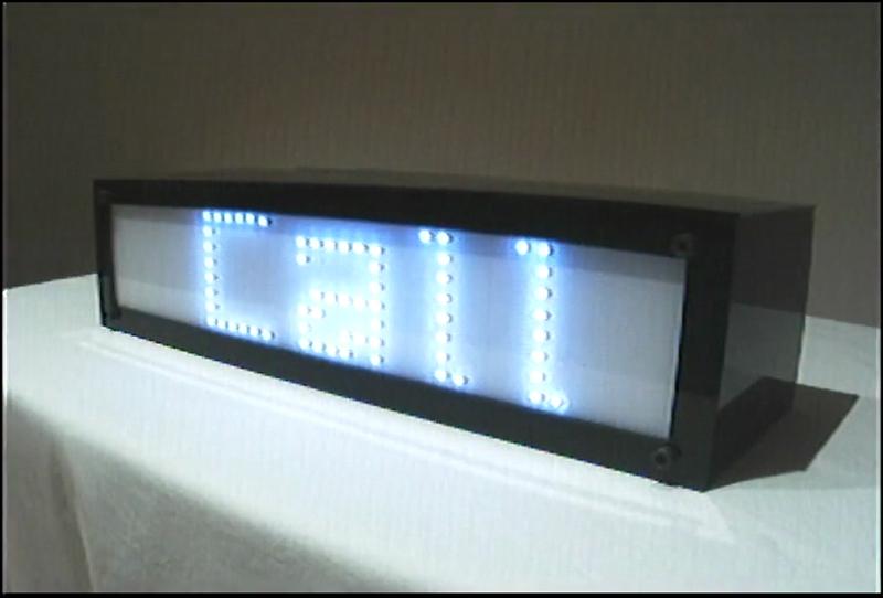 La pantalla para transmitir mensajes al operador de la videocámara - 'Finding the operator', Diego Trujillo