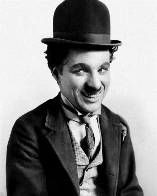 Charles Chaplin sonríe porque es zurdo. Fuente: Wikimedia Commons.