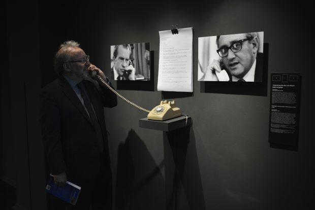 El investigador Peter Kornbluh en la Exposición 'Secretos de Estado'. Museo de la Memoria y los Derechos Humanos de Santiago de Chile. ©Daniel Barahona