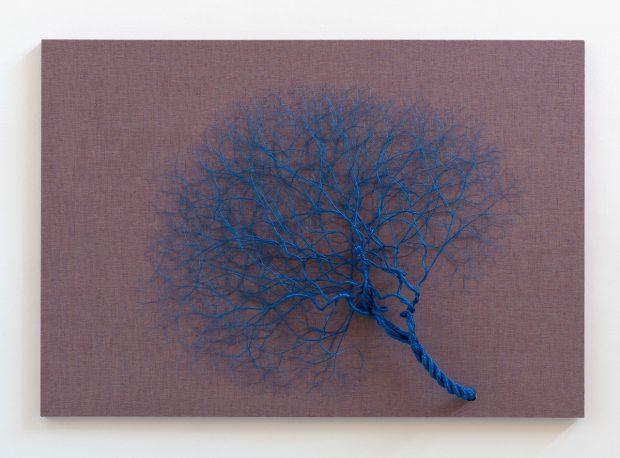 CICLOTRAMA 77 ( Aglomeración )125 x 180 cm 1,5 metro de cuerda Azul diametro 3,5 cm sobre lino rojo 2017. ©Janaina Mello Landini