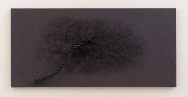 CICLOTRAMA 79 ( Aglomeración)110 x 220 cm 2,5 metros de cuerda negra diametro 4,5 cm sobre lino gris. 2017. ©Janaina Mello Landini