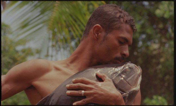 Fotograma de O Peixe. Documental de Jonathas de Andrade.