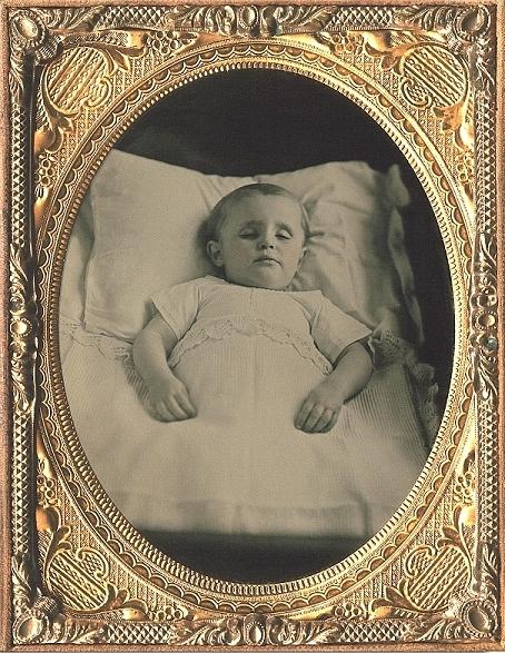 Niño fallecido llamado William posando como si estuviera dormido. 1850. Wikimedia Commons.