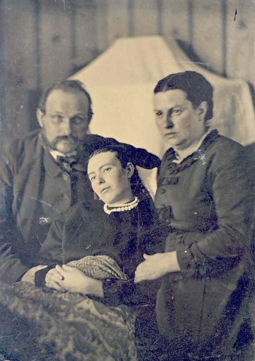 Familia posando con hija fallecida. Wikimedia Commons.