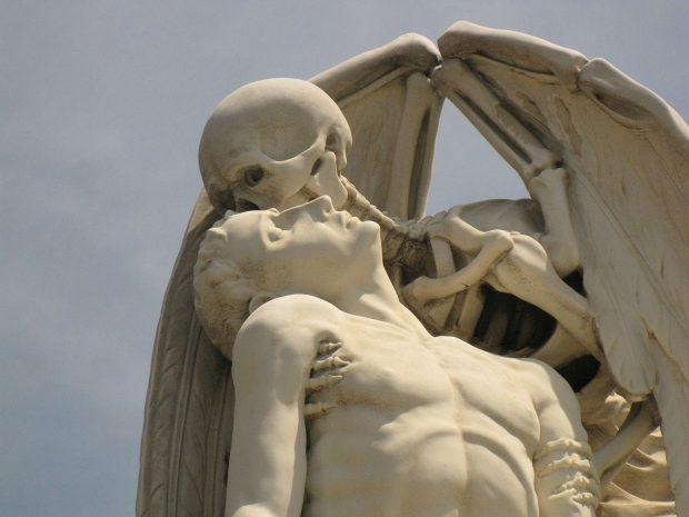 El Beso de la Muerte. Cementerio de Poble Nou. Enfo. Wikimedia Commons.