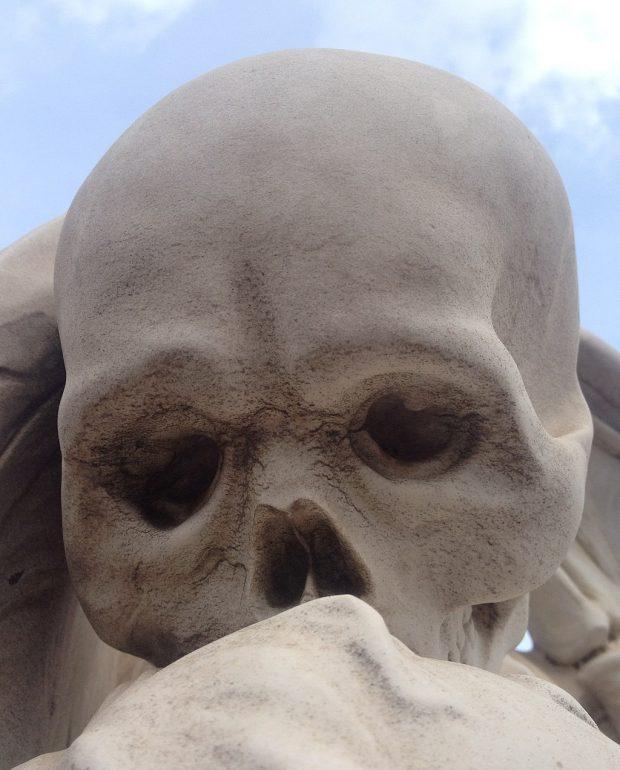 El Beso de la Muerte. PELYgROSA. Wikimedia Commons.