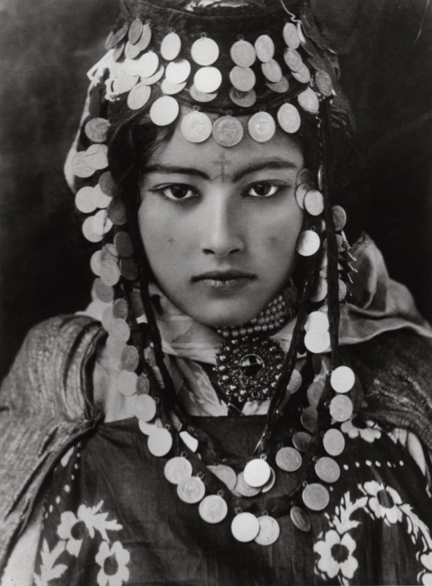 Mujer amazigh tatuada en Argelia. 1905. Autor: Lehnert Landrock. Ouled Naïl Girl. Wikimedia Commons.