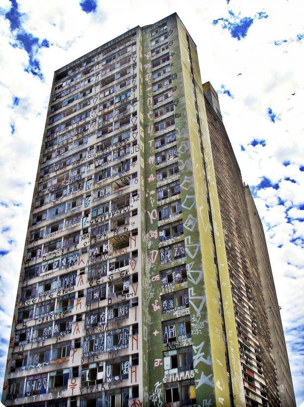 Edificio en Sao Paulo cubierto por Pichação. Wikimedia commons.
