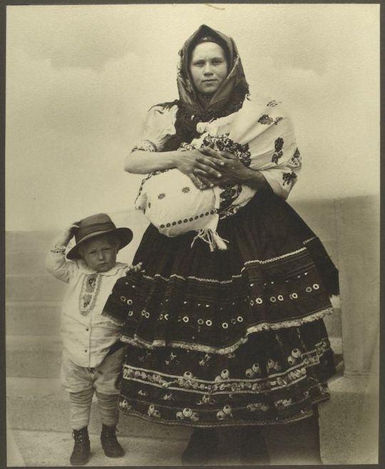 Mujer eslovaca y su hijo. Augustus Sherman. New York Public Library.