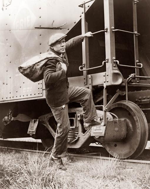 Hobo saltando a un tren de mercancías. 1935.