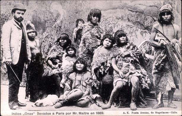 Indios fueguinos en una exposición en París. 1889. Wikimedia Commons.