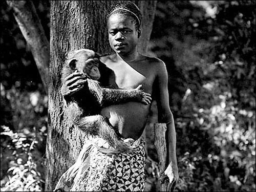 Ser humano expuesto en un zoológico como atracción en 1906. Wikimedia Commons.