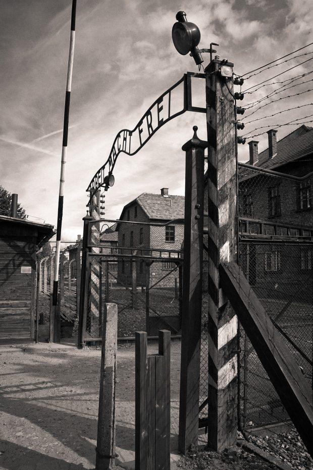 Entrada del campo de concentración de Auschwitz, con el lema, 'el trabajo os hará libres'. Wikimedia Commons. PerSona77