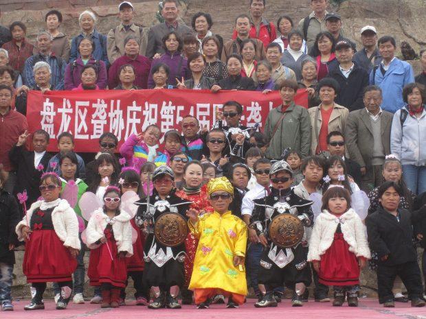 Los habitantes del Reino de las Personas Pequeñas posan junto a su audiencia tras un espectáculo. Blorg. Wikimedia Commons.