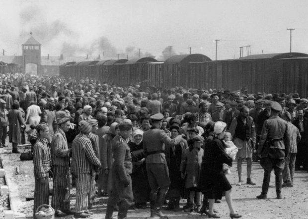 Judíos transportados en el campo de concentración. Wikimedia Commons.