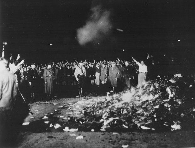 Quema de libros por los nazis. Wikimedia.