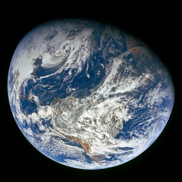 La primera imagen tomada por los humanos de toda la Tierra. Fotografiado por la tripulacion del Apolo 8, la foto muestra a la Tierra desde una distancia de unos 30.000 kilómetros. NASA.